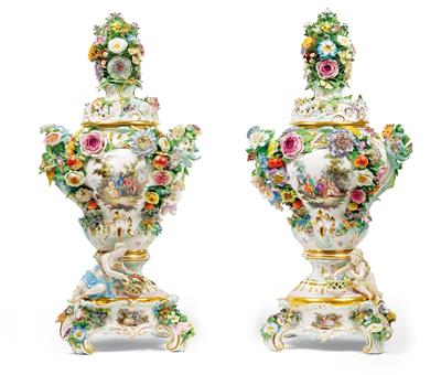 A pair of lidded vases with lids and socle, - Starožitnosti