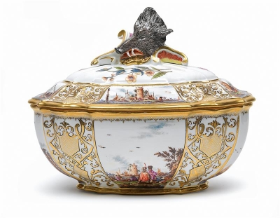 Magnificent lidded terrine with head of wild boar as finial, - Glass and porcelain