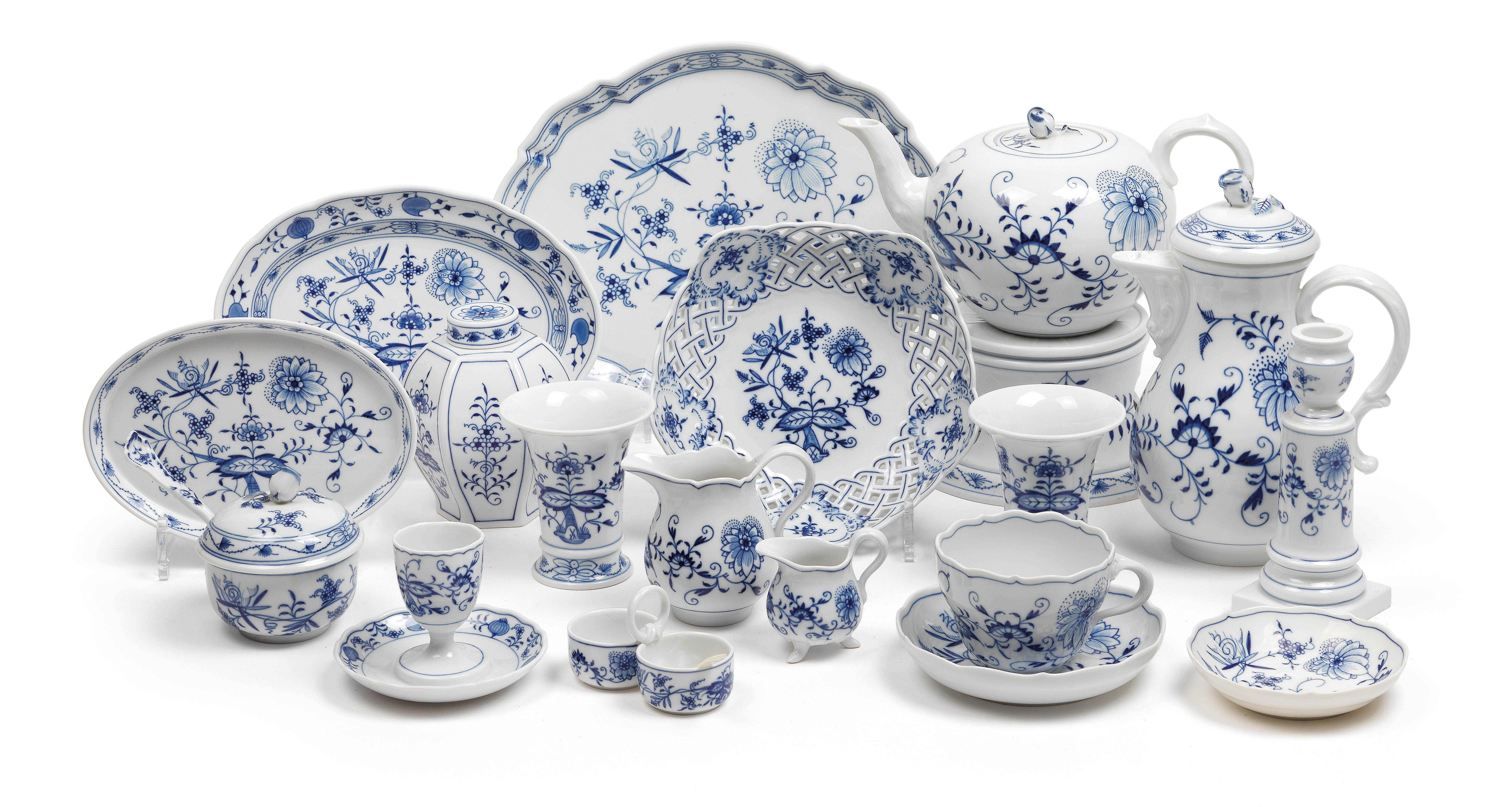 An Onion Pattern Coffee And Tea Service