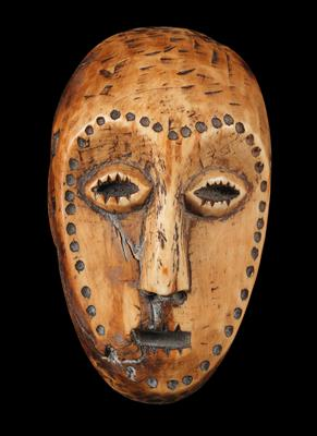 Lega, Dem. Rep. of Congo: A small 'identity-card' mask made of ivory. For a top-ranking member ('Kindi') of the Bwami Society. - Tribal Art