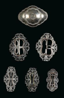 Mixed lot (6 pieces), Indonesia, Java: belt buckles in the so-called 'Kraton' style. Partly made of silver, white metal, or silver-plated. - Mimoevropské a domorodé umění