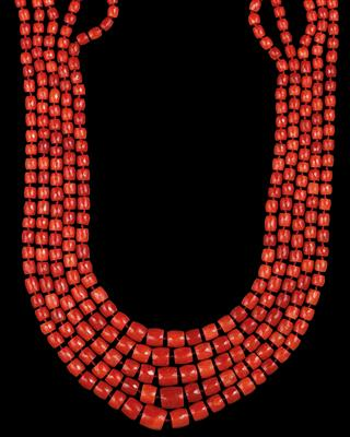 A coral necklace - Jewellery
